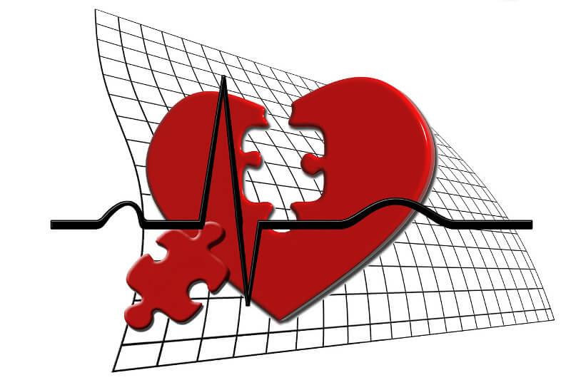 Risikolebensversicherung Abschluss bei Herzinfarkt, stilisiertes Herz mit fehlendem Puzzle-Teil und EKG-Kurve