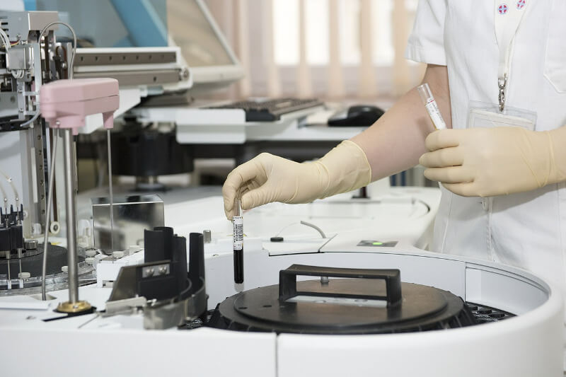 Risikolebensversicherung Abschluss bei Vorerkrankungen, Blick in ein Krankenhauslabor
