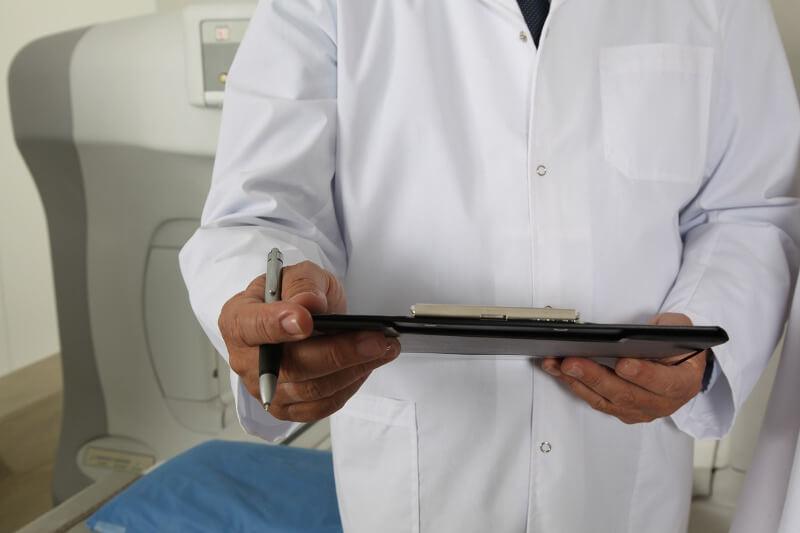 Arzt diagnostiziert Krebs