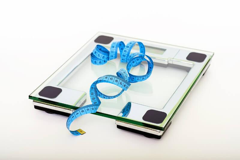 Übergewicht (Aipositas), Personenwaage und Maßband