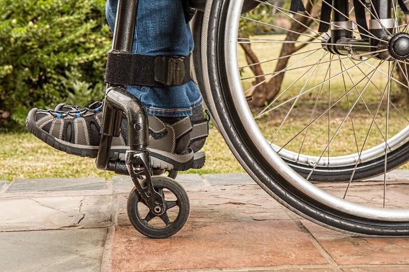 Mann nach Schlaganfall im Rollstuhl