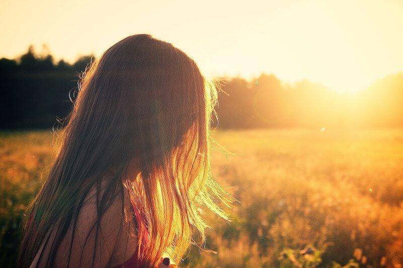 Junge Frau bei Sonnenuntergang