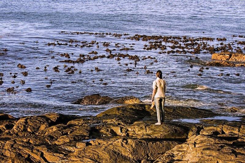 Frau allein am Meer