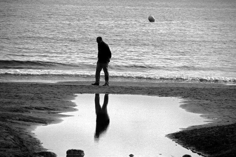 Mann allein am Strand