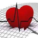Risikolebensversicherung Abschluss bei Herzrhythmusstörungen, stilisiertes Herz mit EKG-Kurve
